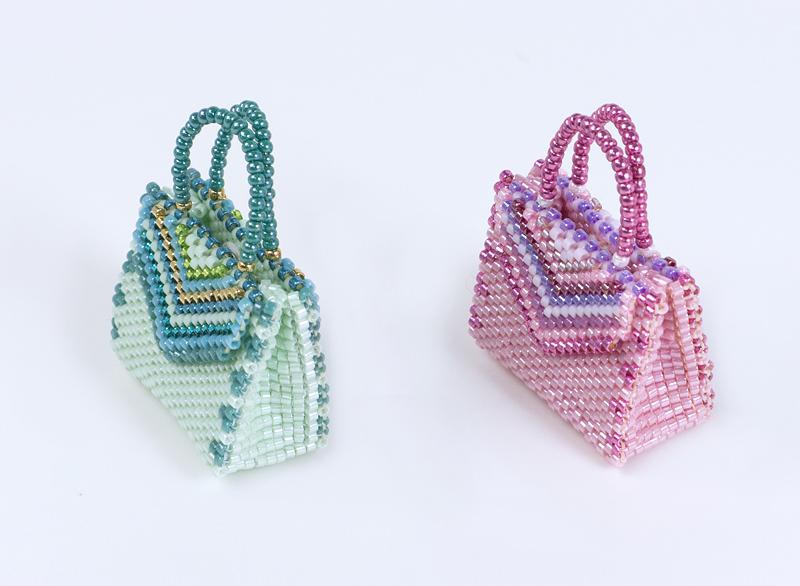 ストライプの飾り付バッグ型チャームのマチの部分。
