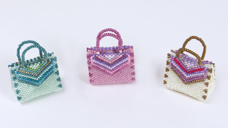 グリーン・ピンク・アイボリーのストライプの飾り付バッグ型チャーム