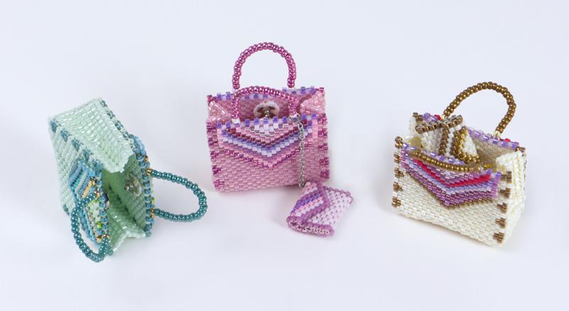 このバッグ型チャームはスナップが付いていて、小さい物が入ります。