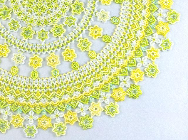 イエロー&グリーンの小花モチーフのドイリーの部分詳細写真