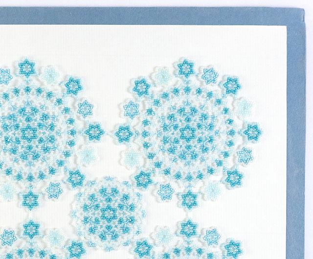 小花モチーフの長方形のビーズのドイリー・アクアの部分アップ写真