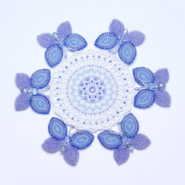 ビーズで編んだ蝶のモチーフのドイリー;ブルー&パープル