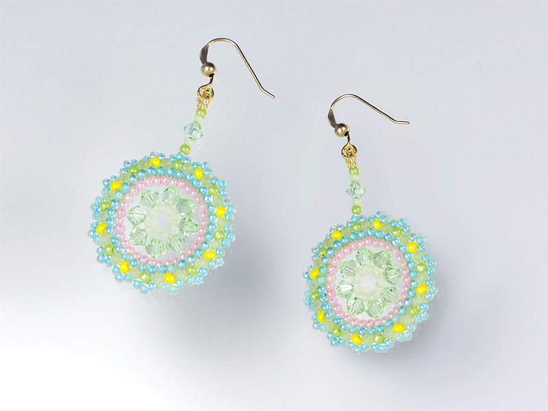 パステル調の花のネックレスに合わせたイヤリング