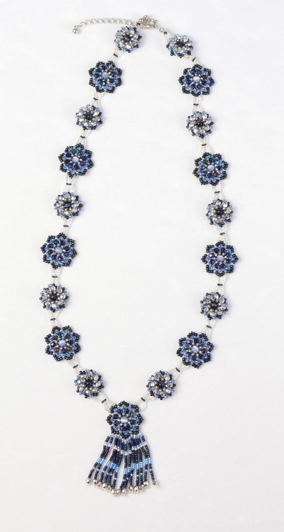 花模様のネックレス・ブルーアイリスの全体写真