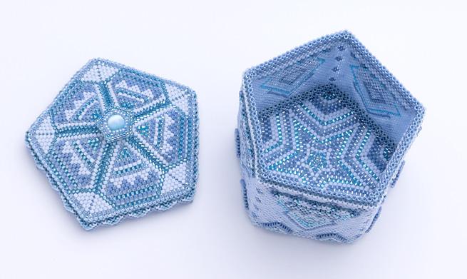 ビーズを編んで作った蓋付きの五角形の青い箱を開けてみた所
