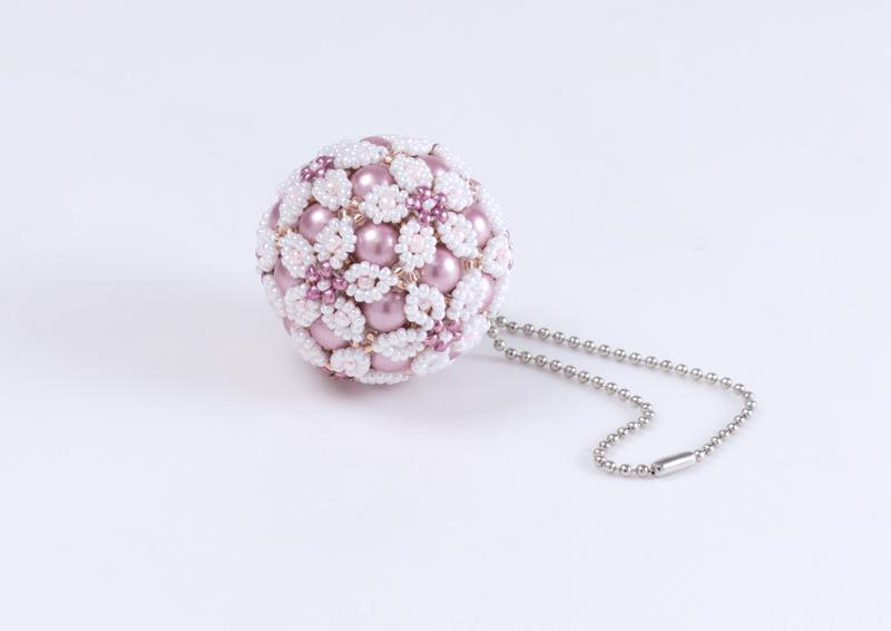 ピンク&ホワイトの春の花てまりチャーム・ボールチェーン