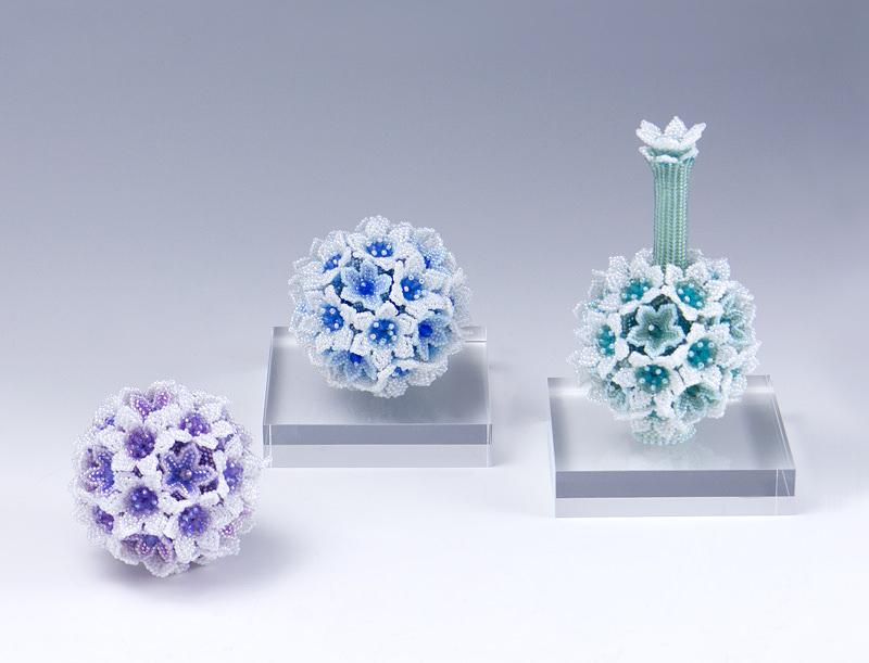白い花のボールと飾りボトル