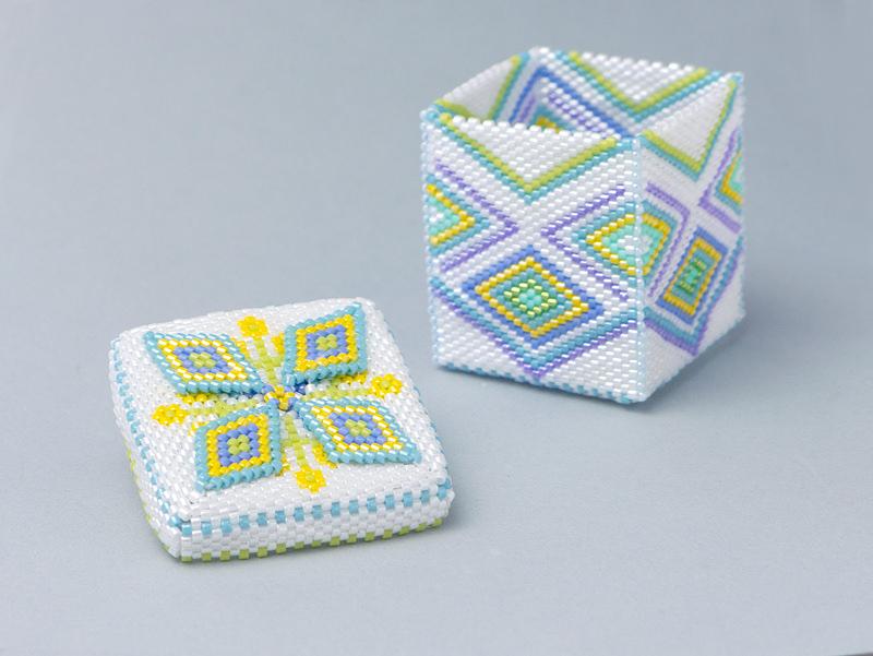 ビーズで出来た、四角形の白い箱