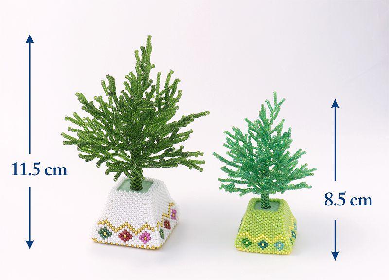 左は丸小シードビーズ、右は特小シードビーズで作ったツリー