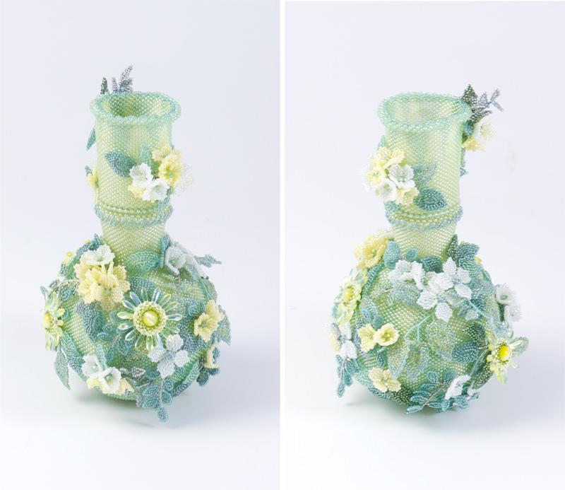 横・後ろから見たビーズで編んだ黄色の小花の飾り瓶
