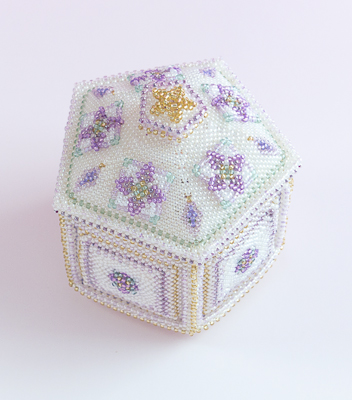 ビーズを編んで作った蓋付きの白い箱
