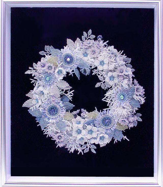 ビーズを編んで作った氷の花のリース
