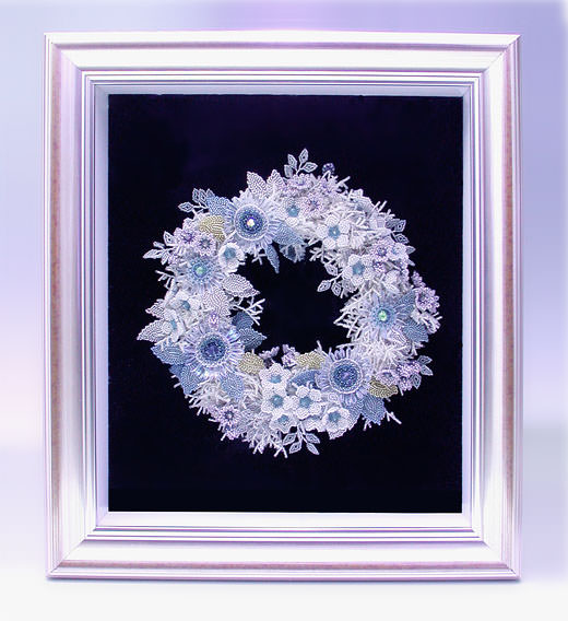 ビーズを編んで作った氷の花のリース・額全体の表示